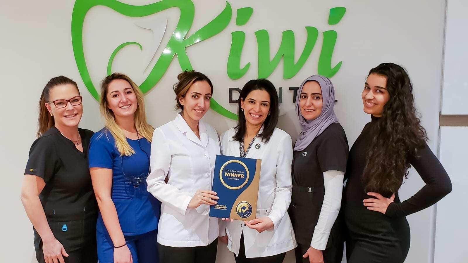 Kiwi_Dental_Staff_Posing_With_Award